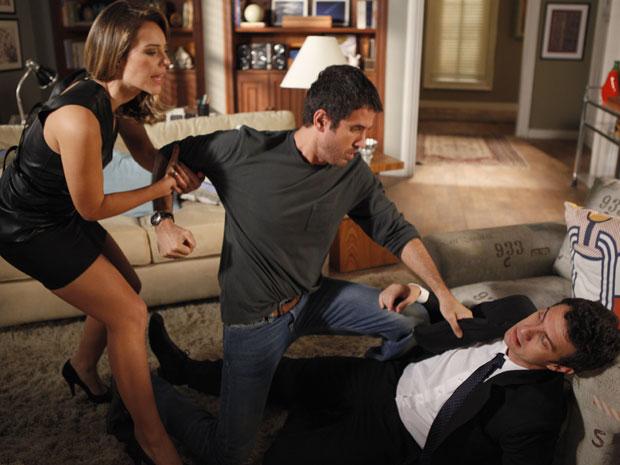 Léo enfrenta Pedro e os acabam brigando. Marina tenta separar (Foto: Insensato Coração / Tv Globo)