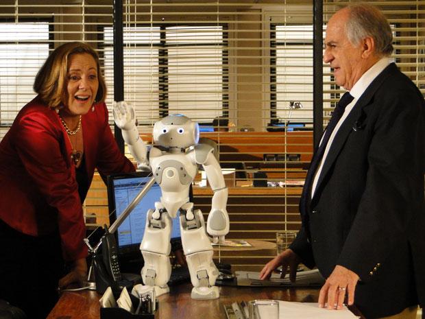 Minerva quer se aproveitar da inteligência do robozinho (Foto: Morde & Assopra / TV Globo)