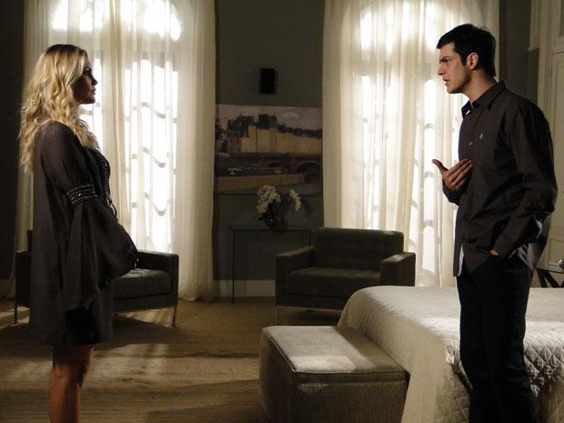 ícaro quer saber se Naomi se encontrou com Pimentel (Foto: Morde&Assopra/TVGlobo)