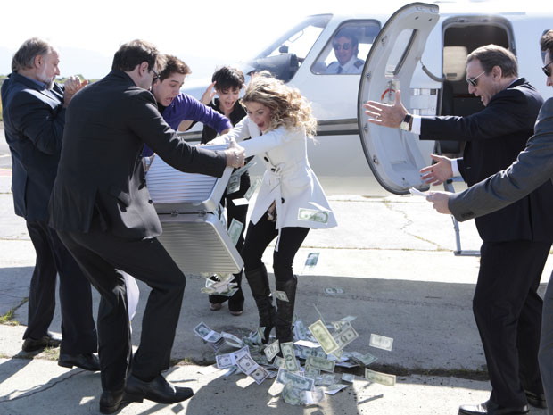 Natalie se recusa entregar mala e dinheiro voa, para o desespero de todos (Foto: Insensato Coração / Tv Globo)