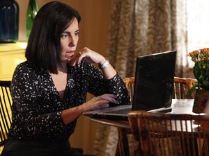 Norma fuça o computador de Milton (Foto: Insensato Coração/ TV Globo)