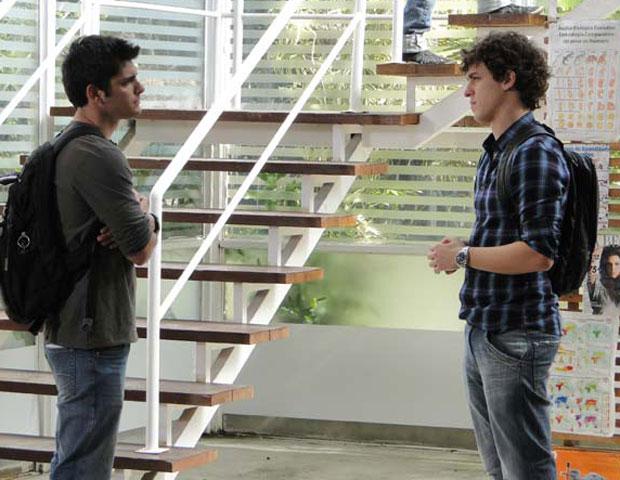 Pedro avisa que vai sair do colégio (Foto: Malhação/ TV Globo)