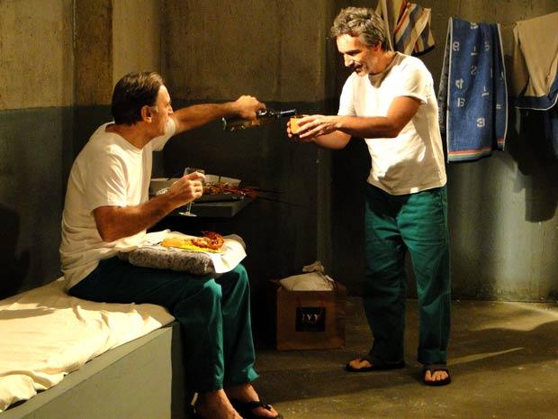 Cortez oferece vinho ao colega de cela (Foto: Insensato Coração / TVGlobo)