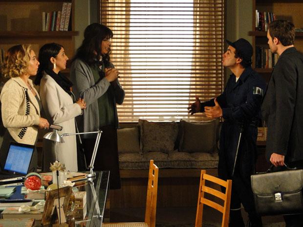 Élcio aparece vestido de Elaine e surpreende Wilson (Foto: Morde & Assopra / TV Globo)