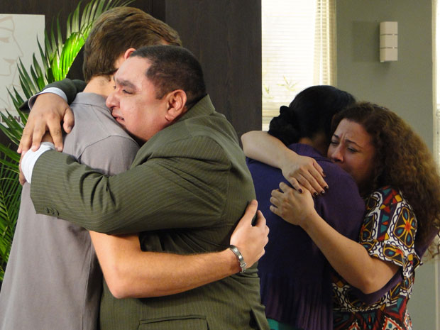 Herculano abraça Guilherme, enquanto Dulce consola Anecy (Foto: Morde & Assopra / TV Globo)