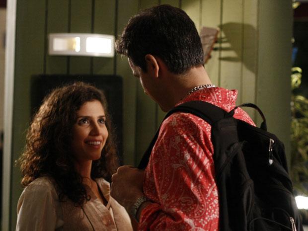 Raquel não consegue se fazer de difícil pela segunda vez (Foto: Morde & Assopra / TV Globo)