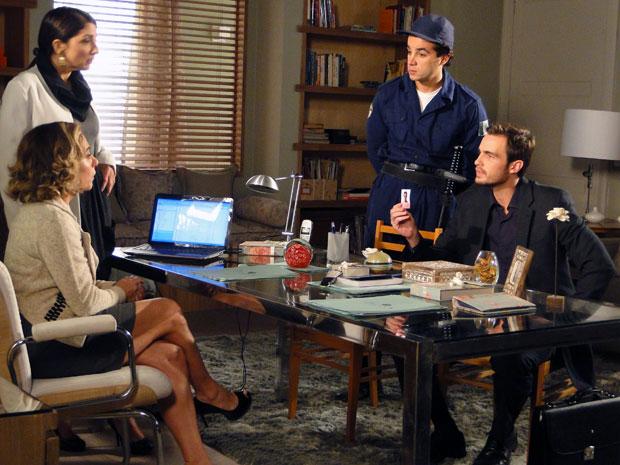 Wilson quer saber se Augusta tem novidade sobre Élcio (Foto: Morde & Assopra / TV Globo)