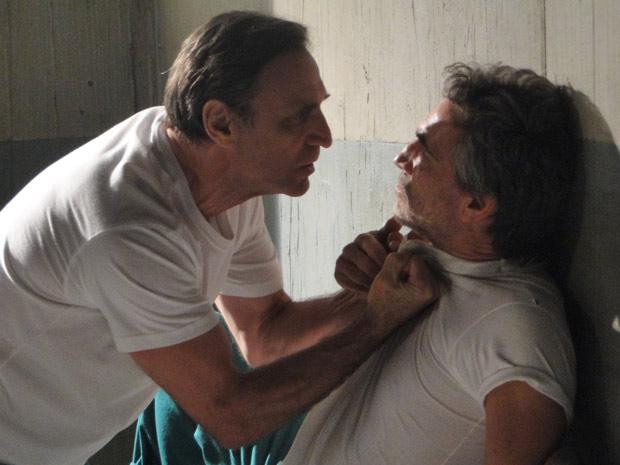Cortez ameaça esganar Jorge depois de ouvir provocações (Foto: Insensato Coração/TV Globo)