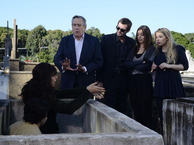 Eliseu fica decepcionado ao encontrar Elaine na cova com Xavier (Foto: Raphael Dias/TVGlobo)