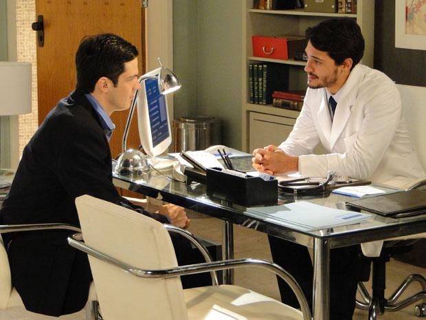 Doutor Tadeu conversa com Ícaro sobre doença de Rafael (Foto: Morde&Assopra/TVGlobo)