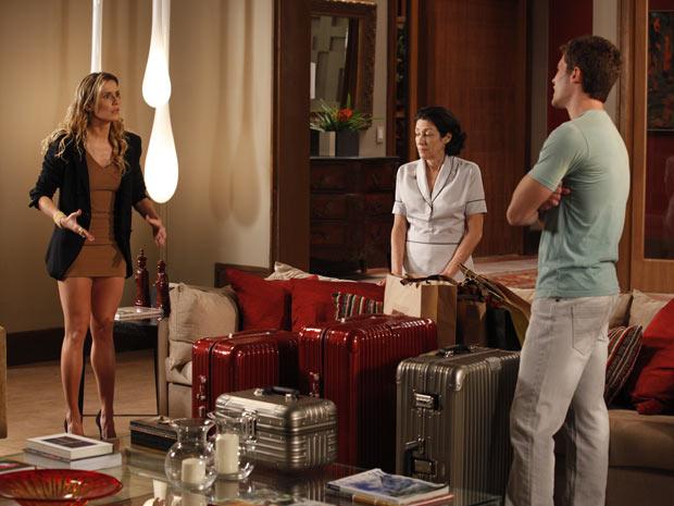 Natalie é mandada embora de mala e cuia (Foto: Insensato Coração/TV Globo)