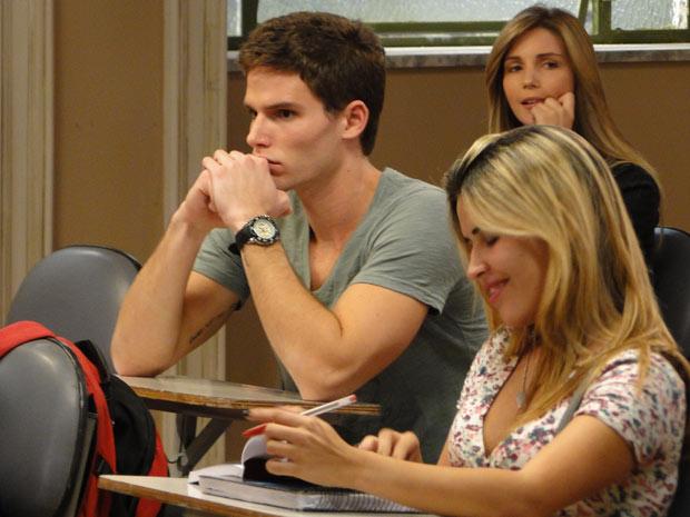 Rafa é provocado na faculdade (Foto: Insensato Coração/ TV Globo)