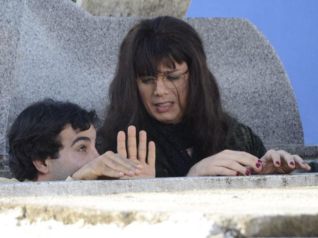 Xavier e Elaine caem na cova (Foto: Raphael Dias/TVGlobo)