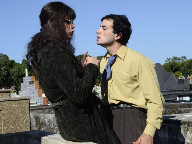 Xavier tenta beijar Elaine, mas ela se desequilibra (Foto: Raphael Dias/TVGlobo)