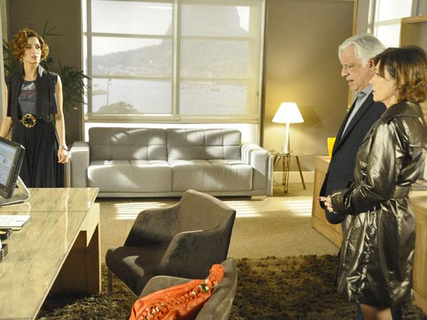 Carol entra na sala de Raul sem perceber presença de Wanda (Foto: Insensato Coração / TV Globo)