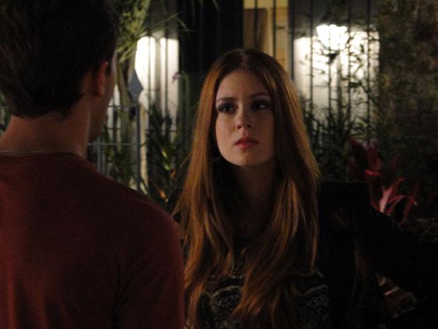 Alice ouve as explicações de Guilherme (Foto: Morde&Assopra/TVGlobo)