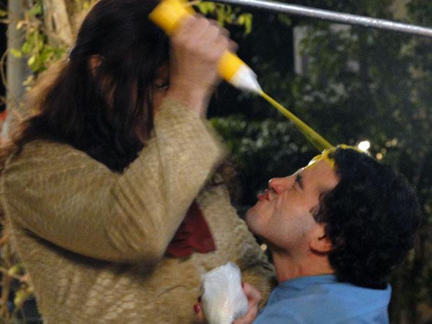 Xavier leva um banho de mostarda de Elaine (Foto: Morde e Assopra/TV Globo)
