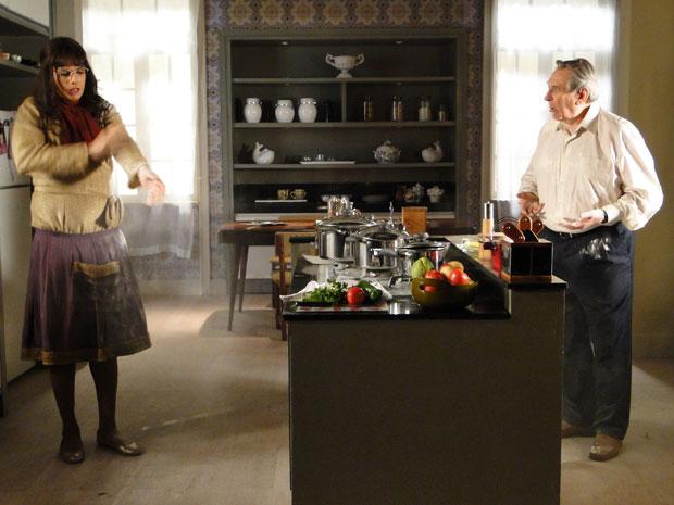 Tentando se livrar de Eliseu, Elaine joga farinha no médico (Foto: Morde&Assopra/TVGlobo)