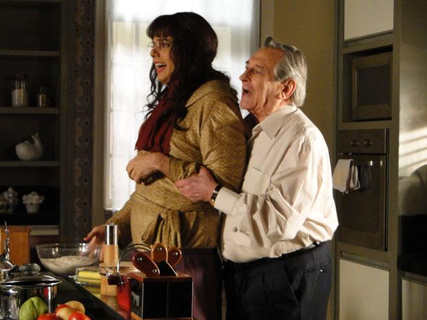 Eliseu tenta agarrar Elaine, que se desespera (Foto: Morde&Assopra/TVGlobo)