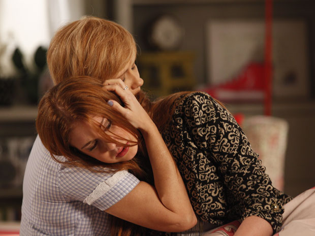 Lilian conforta Alice, que sofre por Guilherme (Foto: Morde&Assopra/TVGlobo)