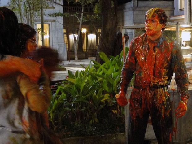 Xavier tenta usar Elaine para fazer ciúme em Maria João e gera tumulto (Foto: Morde e Assopra/TV Globo)