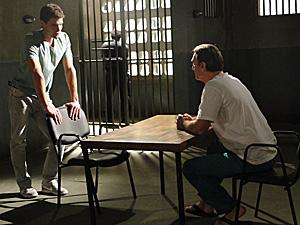 Rafa com o pai na cadeia (Foto: Insensato Coração/ TV Globo)