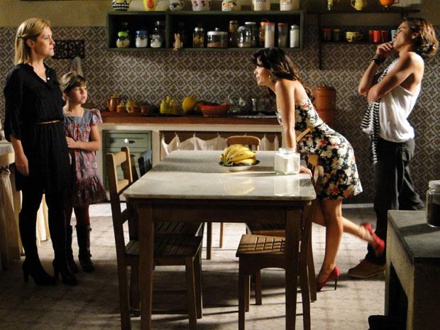 Júlia não gosta nada de ver Celeste plantada na cozinha de Abner (Foto: Morde & Assopra / TV Globo)
