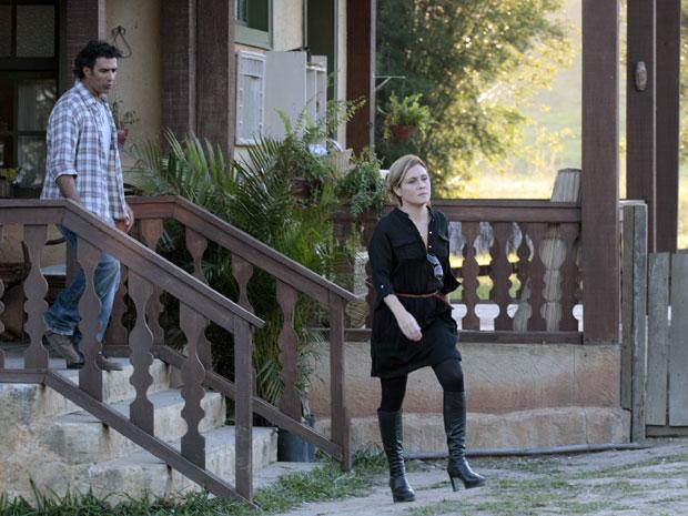 Irritada, Júlia deixa Abner para trás (Foto: Morde & Assopra / TV Globo)