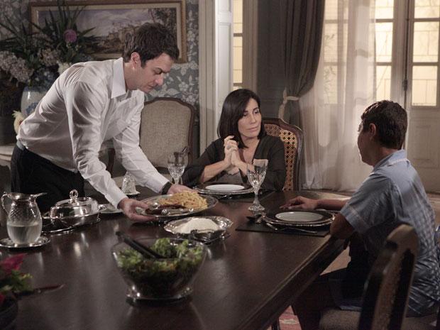 Léo serve o jantar a Norma e Jandira (Foto: Insensato Coração / Tv Globo)
