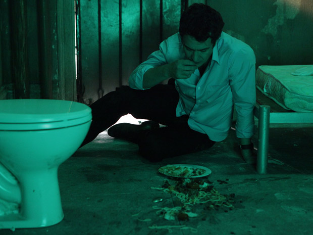 Léo ter que catar comida do chão para comer (Foto: Insensato Coração/TV Globo)