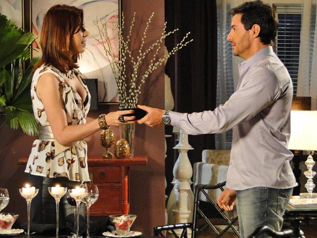 Bibi entrega caixinha de joia à Douglas, que se emociona (Foto: Insensato Coração/ TV Globo)