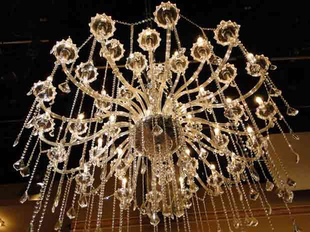 Lustre de cristal da mansão dos Hayalla (Foto: O Astro / TV Globo)