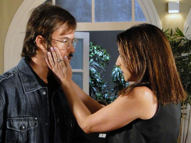 Disposto a fazer ciúme em Abelha, Cristiano dá chance para Carolina se aproximar (Foto: Morde & Assopra / TV Globo)