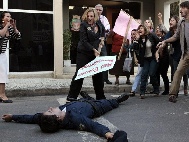Xavier desmaia depois de agressão de Minerva e é levado para o hospital (Foto: Morde & Assopra / TV Globo)