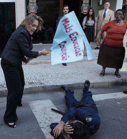 Minerva perde a paciência e parte para cima de Xavier (Foto: Morde & Assopra / TV Globo)