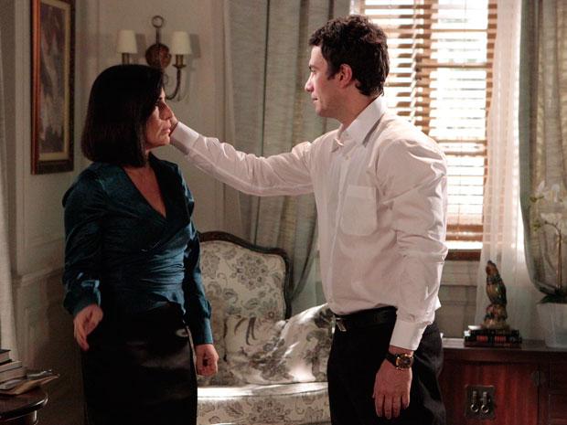 Léo tenta seduzir Norma (Foto: Insensato Coração / Tv Globo)
