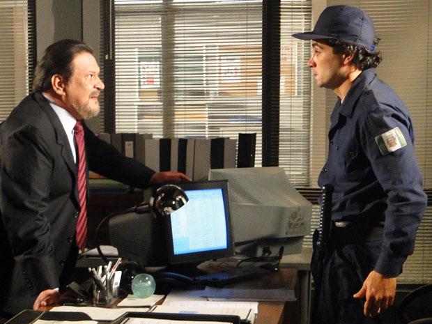 Oséas manda Xavier localizar Wilson para fazer uma denuncia contra Fernando (Foto: Morde & Assopra / TV Globo)