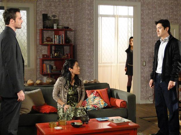 Wilson diz que descobriu mentira de Akira e Hoshi ouve tudo (Foto: Morde & Assopra / TV Globo)