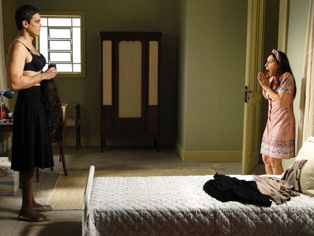 Cleonice fica espantada ao descobrir que Elaine é homem (Foto: Morde & Assopra/TV Globo)
