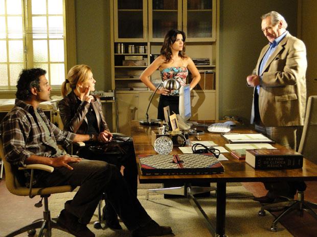 Eliseu surpreende Abner, Júlia e Celeste com a confirmação da gravidez (Foto: Morde & Assopra/TV Globo)