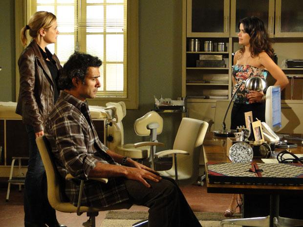 Júlia e Abner ficam abalados com a notícia que coloca um fim no relacionamento delez (Foto: Morde & Assopra/TV Globo)