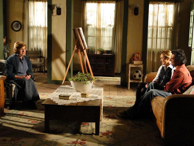 Júlia e Abner explicam para Hortência que vão casar escondidos (Foto: Morde&Assopra/TVGlobo)
