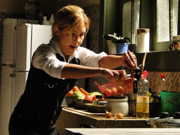 Júlia se enrola para fritar ovos (Foto: Morde&Assopra/TVGlobo)