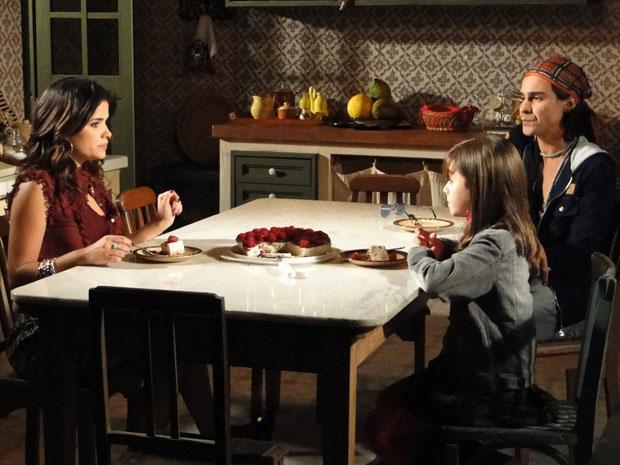 Tonica conta para Celeste que Abner vai se casar escondido com Júlia (Foto: Morde&Assopra/TVGlobo)
