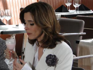 Eunice disfarça (Foto: Insensato Coração / TV Globo)