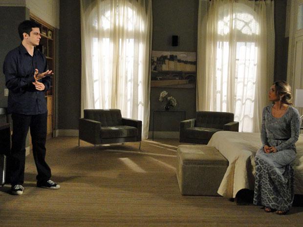 Ícaro recrimina a maneira como Naomi trata o filho (Foto: Morde&Assopra/TVGlobo)