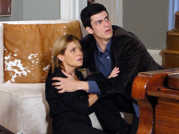 Júlia fica assustada depois de ser atacada pela robô (Foto: Morde & Assopra / Tv Globo)