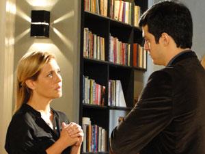 Ícaro conta sobre pedido de Naomi para Júlia (Foto: Morde & Assopra / Tv Globo)