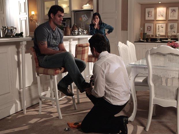Léo é obrigado a engraxar de joelhos (Foto: Insensato Coração / TV Globo)