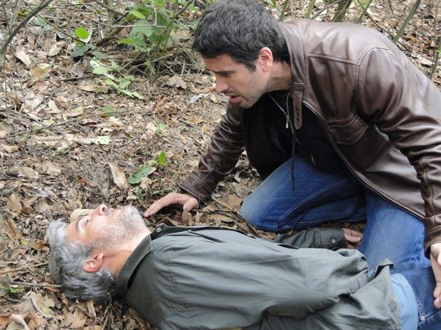 Pedro tenta tirar algo de Zeca (Foto: Insensato Coração / TV Globo)